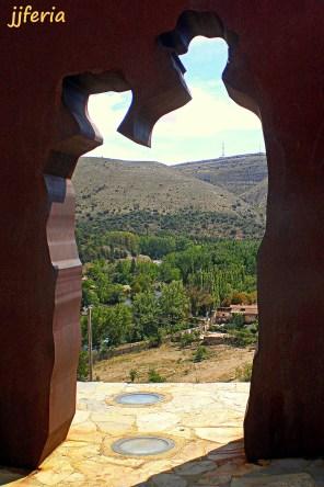 Monumento a Machado y Leonor en el Mirador de los Cuatro Vientos tras la explanada del cerro del Mirón.