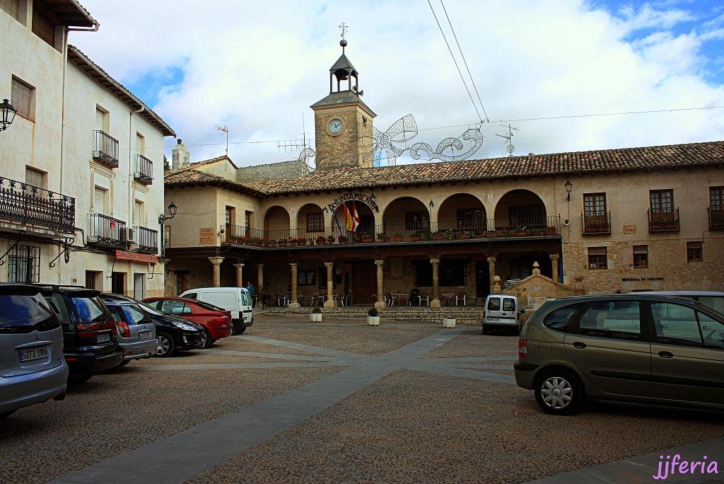 Plaza Mayor, Ayuntamiento con pórtico y galería alta en columnas, que al viajero Cela le recuerda la de un pueblo moro.