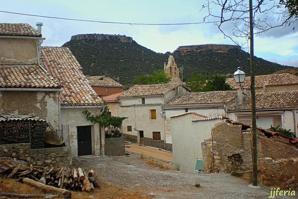 El pueblo de Viana de Mondéjar con sus famosas Tetas al fondo norte.