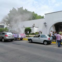 """ARROJANDO HUMO, DUEÑOS DE VERIFICENTROS SE MANIFIESTAN """"A FAVOR DEL MEDIO AMBIENTE"""""""