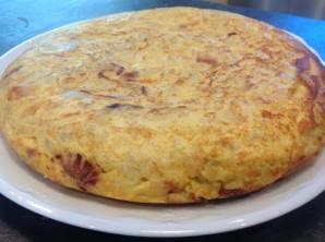 Rica tortilla casera elaborada con patatas con cebolla