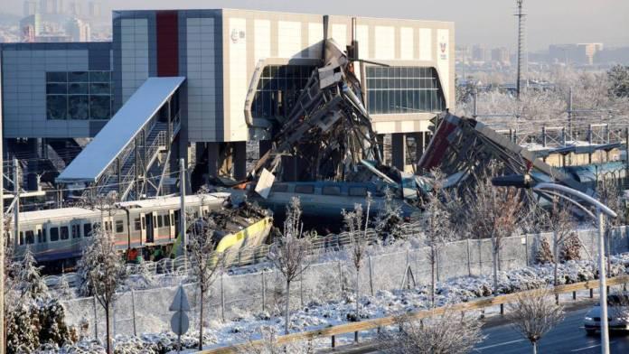 Una colisión entre una locomotora y un tren de alta velocidad deja nueve fallecidos y 47 heridos en Turquía