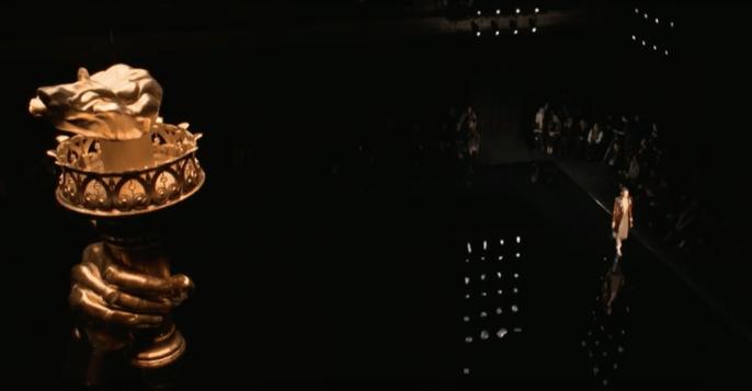 Desfile Pre Fall 2019 Versace. Fuente: YouTube.