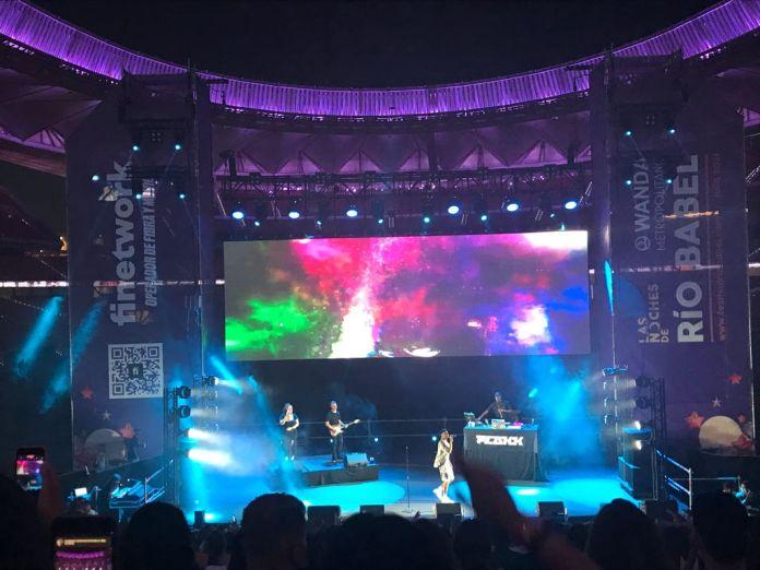 Rels b cantando en el escenario del Wanda Metropolitano