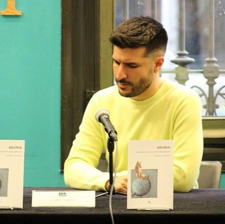 Aníbal Martín firmando Adunia, uno de sus libros publicados