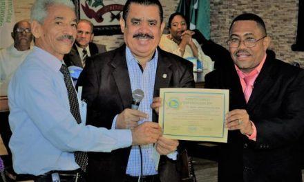 Ingenieros agrónomos galardonan al senador Sánchez Roa