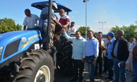 Gobierno entrega tractor y rastra a productores de Las Calderas