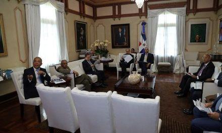 Danilo Medina escucha informe sobre avances del sector eléctrico