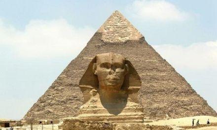 Las autoridades egipcias apresaron a un turista por fotografiarse con las nalgas al aire en las pirámides de Guiza