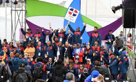 La bandera tricolor de Dominicana ya está en el cielo peruano