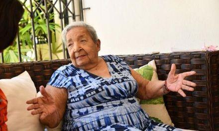 A sus 100 años doña Gisela se maquilla