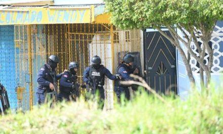 Muere hombre que atrincheró a familia y mató primer teniente PN