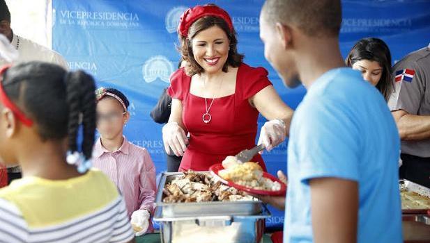 Margarita Cedeño comparte almuerzo con huérfanos