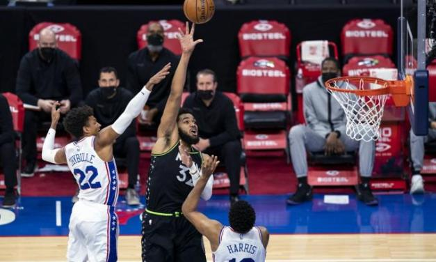 Towns anota 39 y toma 14 rebotes, Wolves caen ante los 76ers