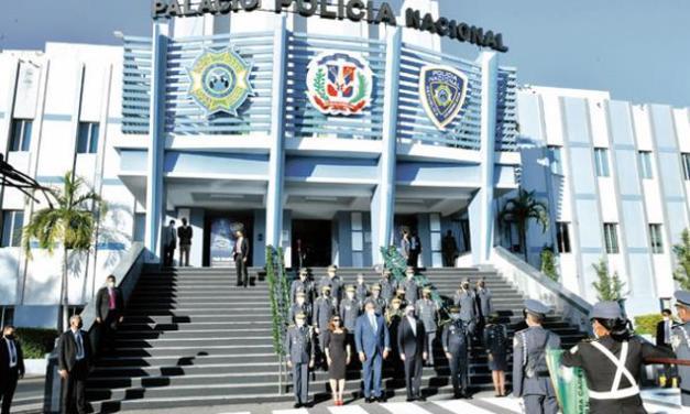 Abinader retiró a 350 oficiales de la Policía, entre ellos 62 coroneles