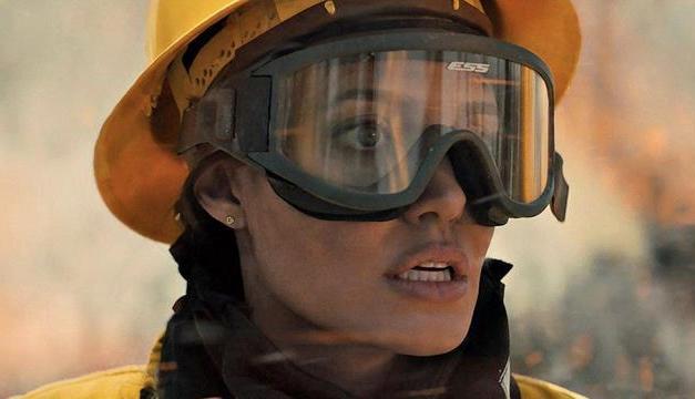 Angelina Jolie combate fuego y asesinos en el tráiler de «Aquellos que desean mi muerte»