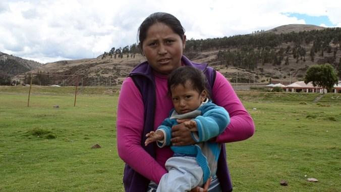 Ruth y su hijo Diego asisten al centro médico de San Gerónimo para recibir asistencia terapéutica y asesoría nutricional. La anemia de niño es persistente. Ya ha afectado su crecimiento y empieza a hacer mella en su conducta.