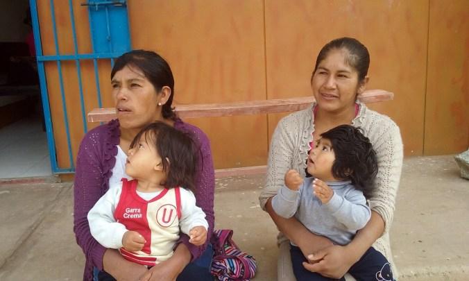 Dos madres en Auquibamba recurren al centro salud para recibir asesoría sobre nutrición complementaria. Para las madres de la región andina, la lactancia materna exclusiva es una práctica generalizada.