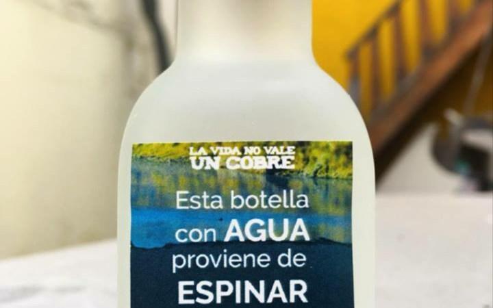 Esta botella con agua proviene de Espinar y contiene cadmio, plomo, arsénico y mercurio.