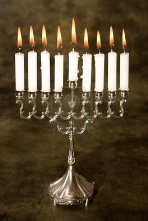 3835094-nueve-velas-en-una-plata-judia-hanukkah-titular-de-vela