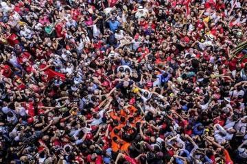 Lula rodeado de militantes