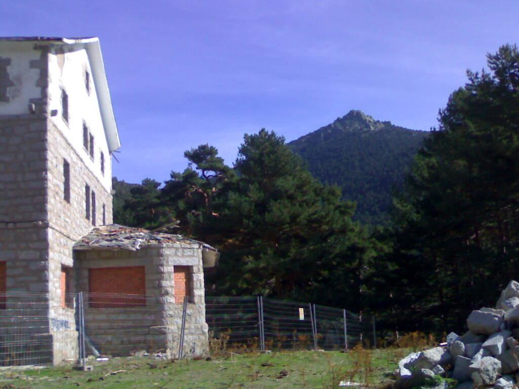 Vista del albergue con Siete Picos de fondo