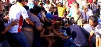 ¡PATRIA Y MAS PATRIA! Tumban portón y pasan por encima de la gente en cola por CARNE y POLLO