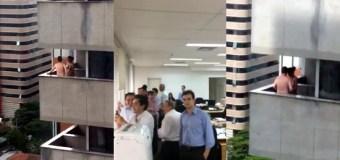 """[VIDEO] Pareja se puso a hacer """"cositas"""" frente a una torre de oficinas…. y los grabaron"""