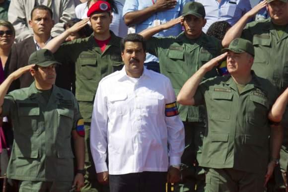 Nicolas-Maduro-con-Militares-GNB-FANB-8-00x533