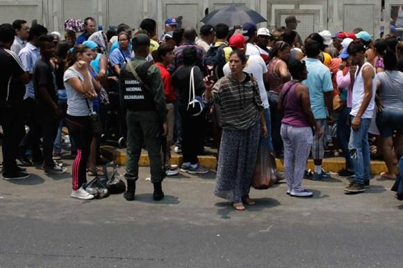 colas-para-comprar-comida-ANDREA-HERNÁNDEZ-el-estimulo-4