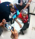 Hombre mayor llevó a su madre a vacunarse