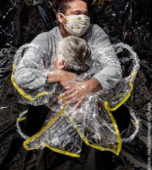 Imagen de un abrazo en tiempos de covid-19 gana el World Press Photo 2021