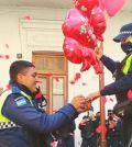 Policía propone matrimonio en frente de compañeros
