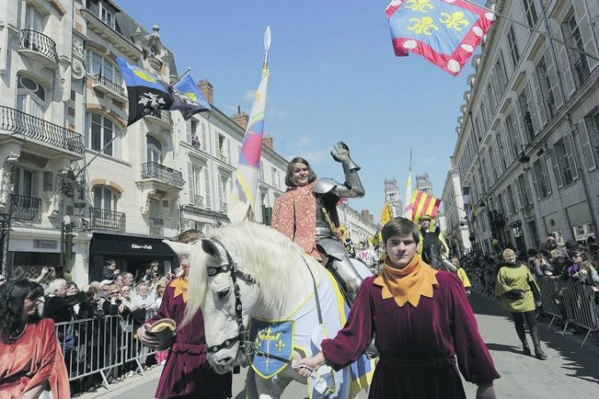 Pauline-Finet-lyceenne-incarnait-Jeanne-Arc-cette-annee-Six-jeunes-Orleanaises-copresidaient-avec-maire-fetes-johanniques_0_730_485