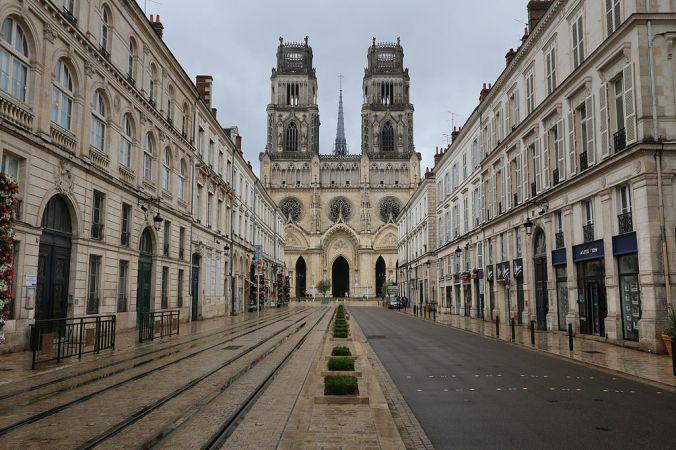 Rue Jeanne-d'Arc, devant la cathédrale Sainte-Croix
