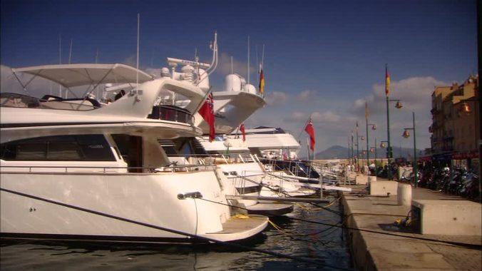 562809047-yacht-de-luxe-saint-tropez-amarre-nautisme-port-de-yachts