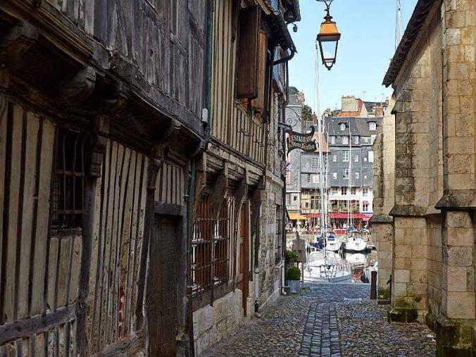 Honfleur - la-rue-St-Antoine- Photo F.MAHAUT