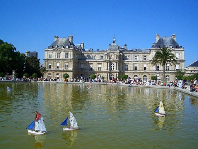 jardin-du-luxembourg-bassin-et-bateaux-devant-le-senat-photo-dinkun