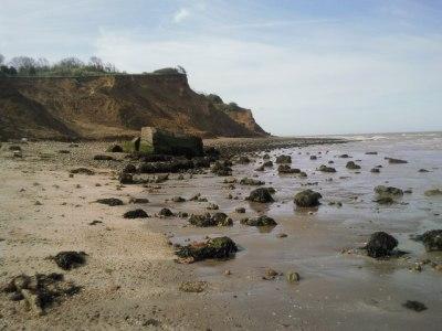 Lo que queda del reflector de Warden Point, inicialmente sobre un acantilado. Kent, Sudeste de Inglaterra (GB) abril de 2010   Ian Yarham @ geograph.org