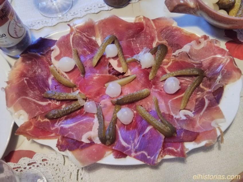 Cecina, jamón serrano, cebollitas y pepinillos en vinagre