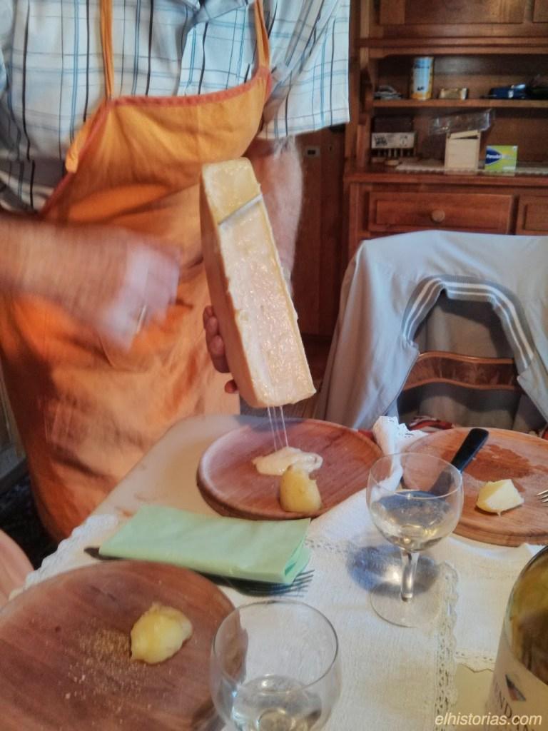 Se echa queso en el plato