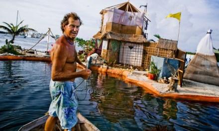 Músico Inglés vive en su Isla hecha de 300.000 Botellas de plástico al sur de Cancún (México)