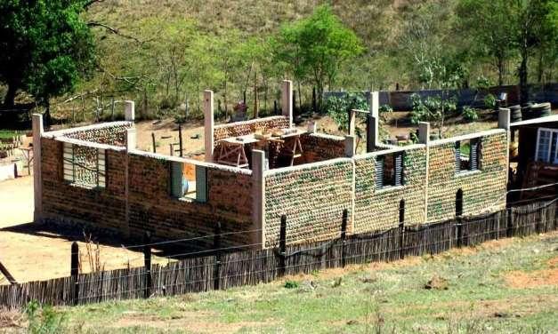Brasileño usa 11.000 botellas PET para construir su propia casa