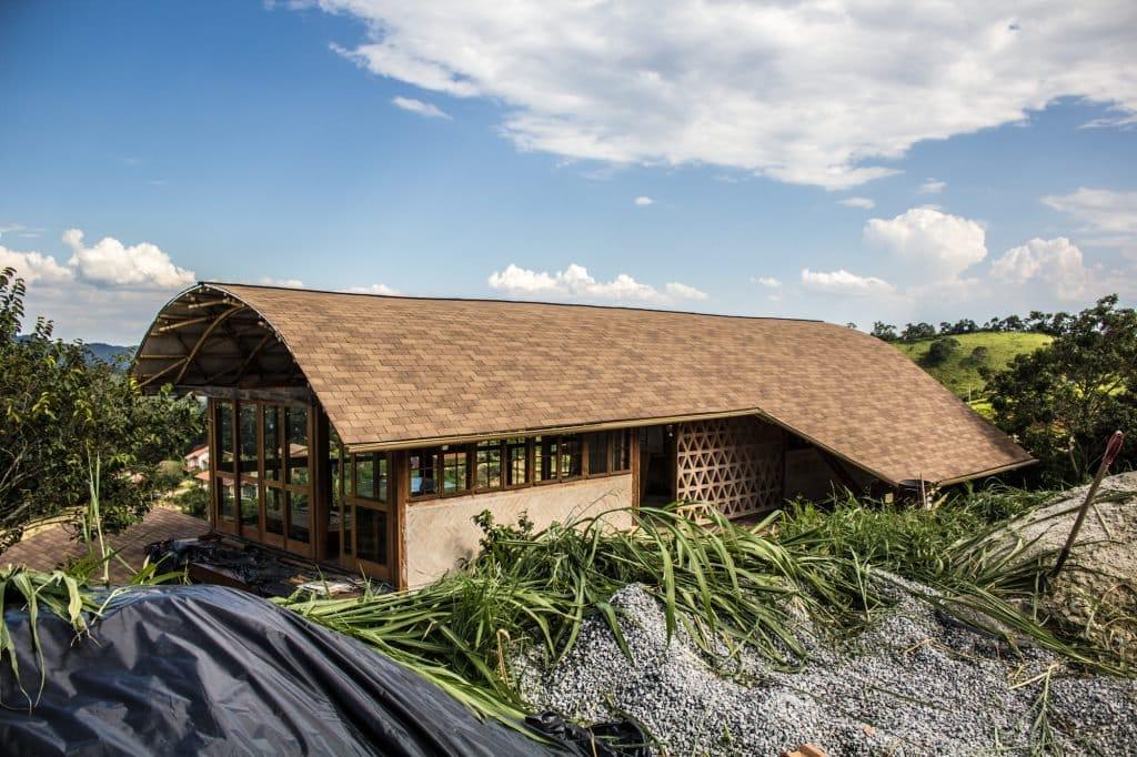 Casa autosuficiente hecha con bambú y técnicas de bioconstrucción