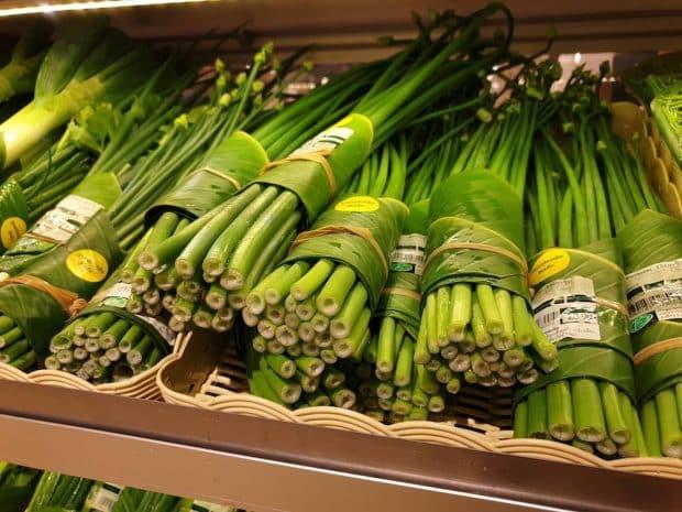 Supermercados en Tailandia reemplazan plástico por hojas de plátano