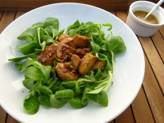 Ensalada de pollo marinado estilo Thai con lemongrass y sésamo