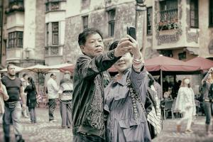 Casal tira uma selfie.