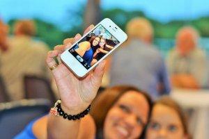 Meninas tirando uma selfie