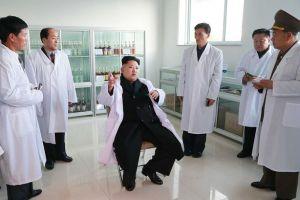 """O """"líder supremo"""" Kim Jong Un está sentado no centro."""
