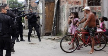 26mar2014---policiais-andam-pelas-ruas-e-checam-moradores-para-garantir-a-seguranca-durante-uma-operacao-no-complexo-de-favelas-da-mare-no-rio-de-janeiro-nesta-quarta-feira-26-um-grupo-d